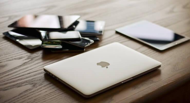 Verschillende 5G apparaten zoals een macbook, een telefoon en een ipad.