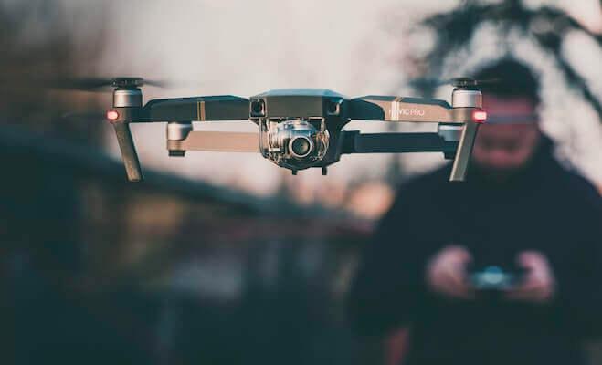 Een drone die vliegt over een 5G fieldlab
