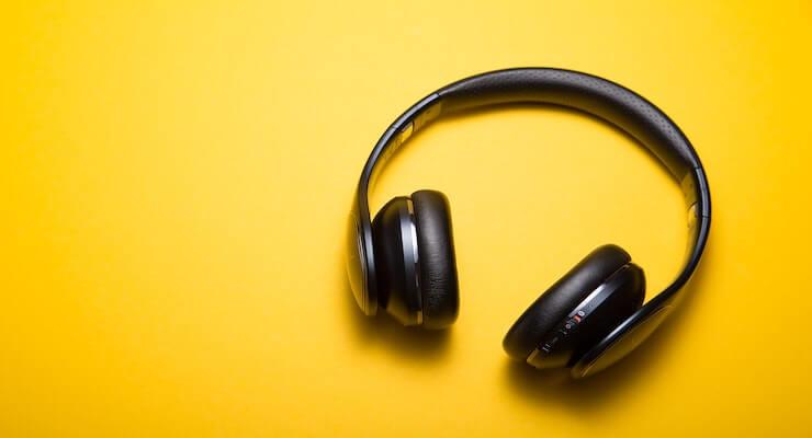 zwarte koptelefoon op gele achtergrond